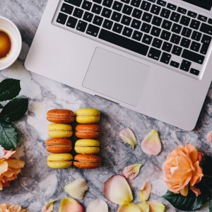 kaboompics_Macaroons, roses, Macbook, coffee, marble